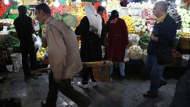 Iran: Bất ổn xã hội, tiền mất giá, cử nhân kinh tế làm cò đổi tiền vì miếng cơm manh áo - Ảnh 2.
