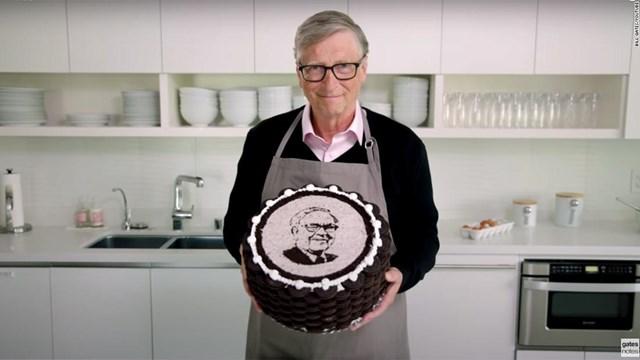 Bill Gates tự tay làm bánh mừng sinh nhật thứ 90 của Buffett. Ảnh: CNN.