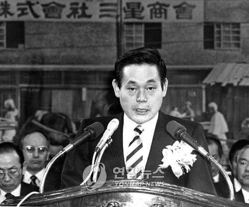 Chủ tịch Samsung Lee Kun-hee trong một sự kiện tại Seoul, ngày 22.3.1988. Ảnh: Yonhap