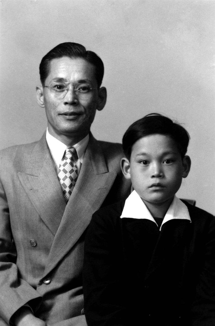 Cap1: Lee Kun-hee, phải, và cha ông, người sáng lập Samsung Lee Byung-chull.