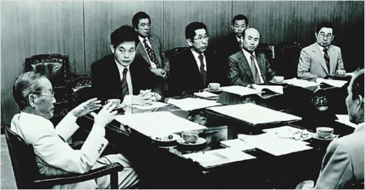 CAP 10: Ông Lee Kun-hee trong một buổi họp cùng cha ông,Lee Byung-chull, trong một buổi họp của các nhân sự cấp cao trong tập đoàn