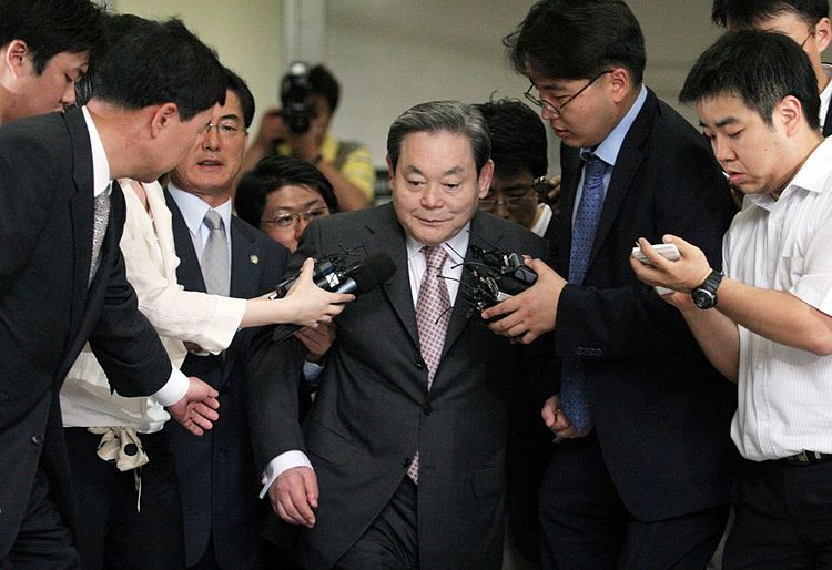 CAP16: Lee Kun-hee bị báo chí vậy quanh đặt câu hỏi sau một phiên toàn 2008