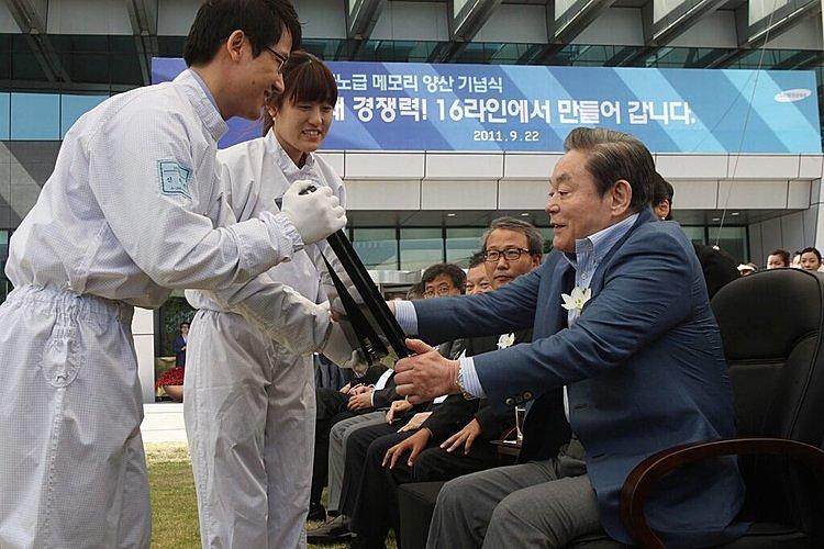 CAP 18: Nhân viên Samsung giới thiệu một phiên bản chip nhớ cao cấp với ông Lee tại Seoul năm 2011.