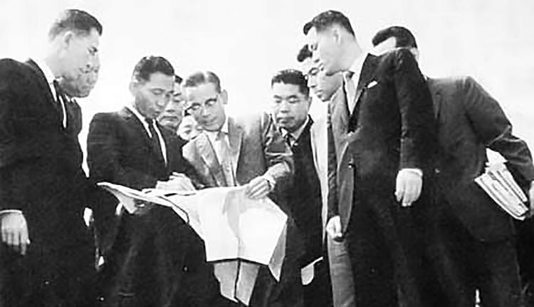 Cap6: ông Lee Byung-chull trao đổi với tổng thống Park Chung Hee (thứ 3 từ trái sang) năm 1965