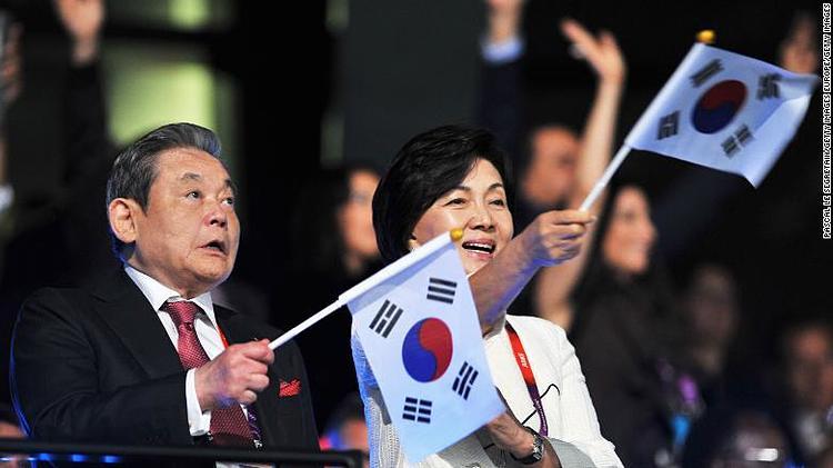 Cap 7: hai vợ chồng ông Lee Kun-hee và bà Hong Ra-hee trong lễ khai mạc Olympic London 2012