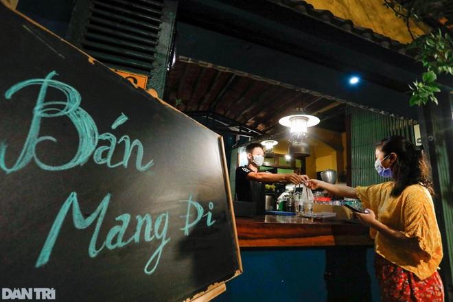 NÓNG: Hàng quán ăn uống ở TPHCM được mở bán mang về   Báo Dân trí