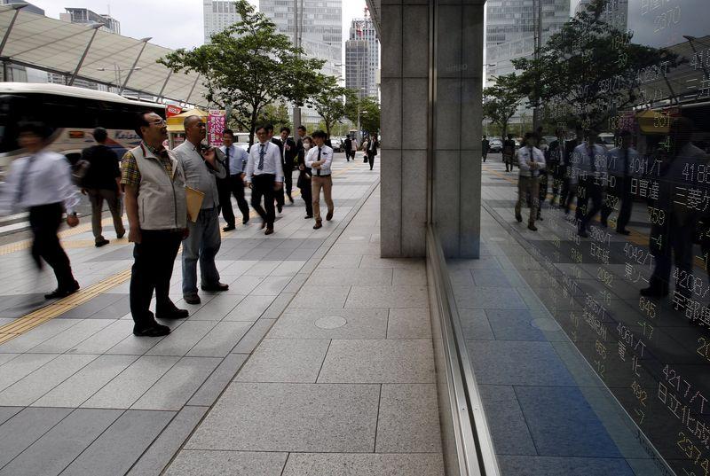 Chứng khoán châu Á giảm trước dữ liệu thương mại của Trung Quốc