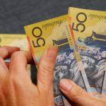 Đồng Đô la ổn định trước khi Fed công bố biên bản họp; Bitcoin giảm mạnh
