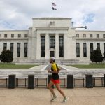 Fed giữ lãi suất gần bằng 0, đưa ra tín hiệu sẽ không tăng lãi suất cho đến 2022