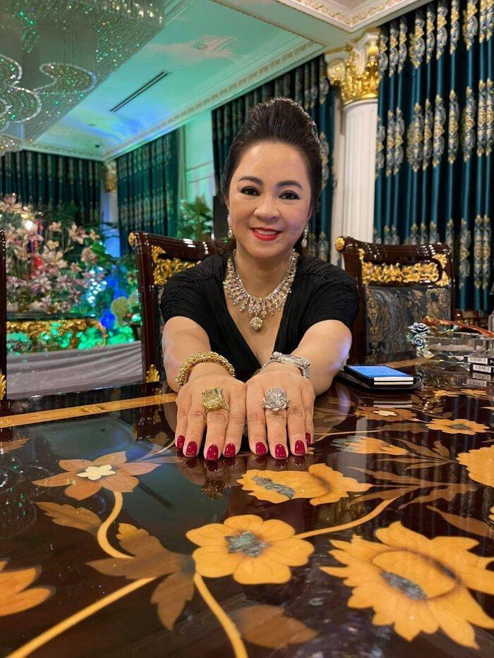 Bà Nguyễn Phương Hằng là ai?