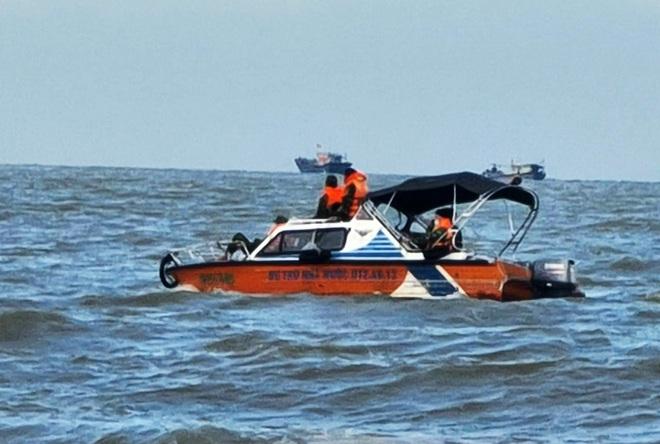 Tìm kiếm người đàn ông bị sóng cuốn ra biển khi đi cào ngao sau bão - 1