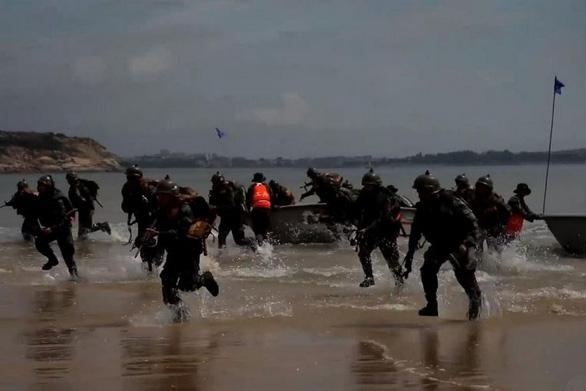 Trung Quốc tập trận đổ bộ, tấn công tại tỉnh đối diện Đài Loan - Ảnh 1.