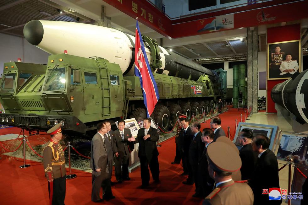 Dự triển lãm vũ khí, ông Kim Jong Un nói: Con cháu chúng ta cần phải mạnh trước đã - Ảnh 5.