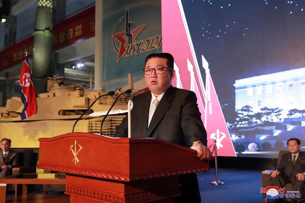 Dự triển lãm vũ khí, ông Kim Jong Un nói: Con cháu chúng ta cần phải mạnh trước đã - Ảnh 1.