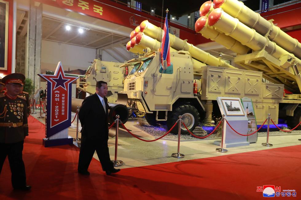 Dự triển lãm vũ khí, ông Kim Jong Un nói: Con cháu chúng ta cần phải mạnh trước đã - Ảnh 8.